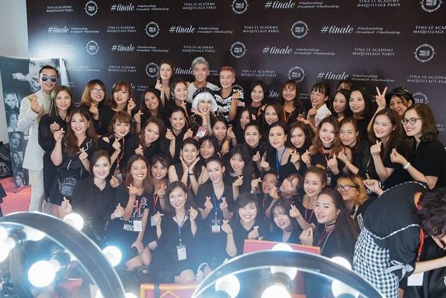 Ekip hùng hậu, chuyên nghiệp của Team Tina Lê Make up cho các người mẫu tham gia show diễn