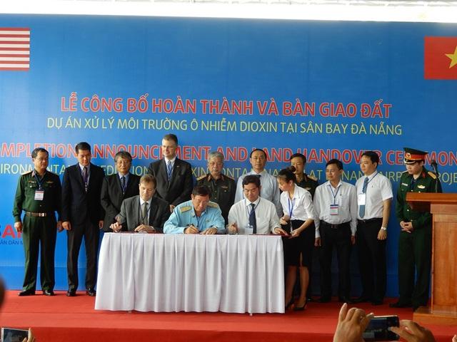 Tại buổi lễ, 13,7 ha đất sạch đã xử lý được bàn giao, nâng tổng số lên 32,4 ha đất bàn giao phục vụ mở rộng Sân bay Quốc tế Đà Nẵng