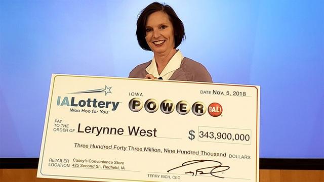 Bà Lerynne West nhận giải độc đắc trị giá 343,9 triệu USD, giải xổ số lớn nhất từng được nhận tại bang Iowa. (Nguồn: WOWT)