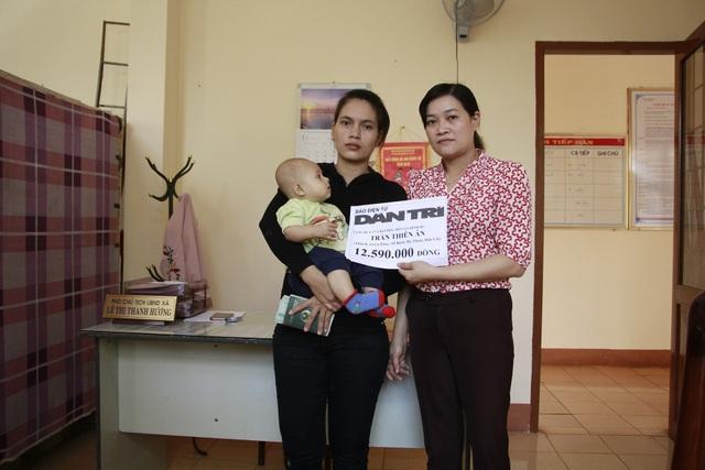 Bà Lê Thị Thanh Hương – Phó Chủ tịch UBND xã Cư Êbur thay mặt báo Dân trí gửi trao số tiền 12.590.000 đồng đến gia đình bé Thiên Ân