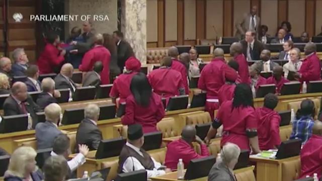 Các nghị sĩ ẩu đả tại cuộc họp của quốc hội Nam Phi. (Ảnh: RT)