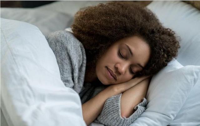 Phụ nữ thức khuya và dạy muộn mắc nguy cơ ung thư vú cao hơn - 1