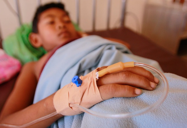 Nên đến cơ sở y tế lớn để thăm khám và truyền dịch. Ảnh: The Cambodia Daily