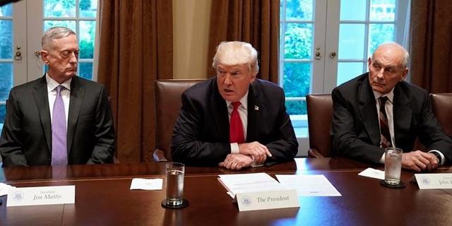 Bộ trưởng James Mattis (trái) và Chánh Văn phòng Nhà Trắng John Kelly (phải) trong cuộc họp với ông Trump. (Ảnh: Reuters)