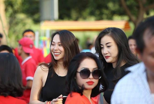 Rất đông nữ cổ động viên Việt Nam đến sân Chao Anouvong