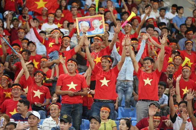 Cổ động viên Việt Nam có mặt khá đông trên sân Chao Anouvong