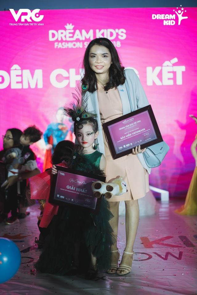 Đại diện Trung tâm anh ngữ APOLLO và Bảo hiểm Vietinbank trao quà cho 2 thí sinh xuất nhắc nhất cuộc thi