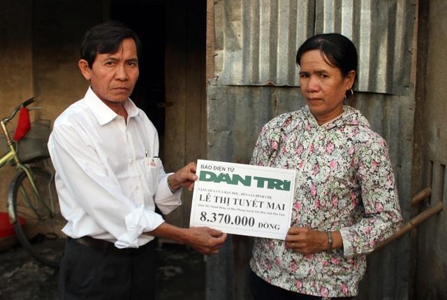 Ông Đào Nguyên Thuấn trao số tiền 8.370.000 đồng (kết chuyển tuần 1 tháng 10/2018) cho gia đình chị Lê Thị Tuyết Mai