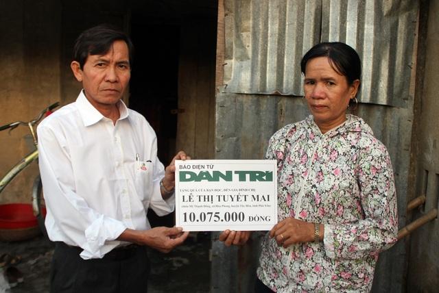 Ông Đào Nguyên Thuấn trao số tiền 10.075.000 đồng (kết chuyển tuần 2 tháng 10/2018) cho gia đình chị Lê Thị Tuyết Mai