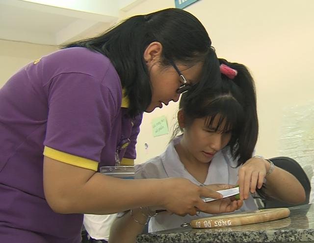 Cô giáo Phạm Thị Thu Thanh có 10 năm dạy trẻ khiếm thị.