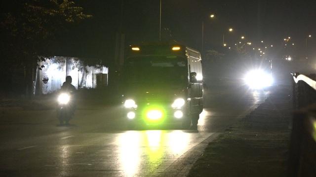 Cảnh chiếc ô tô tự ý độ đèn LED có ánh sáng chói gây ảnh hưởng tới tầm quan sát của những người xung quanh.