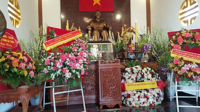 Bàn thờ Chủ tịch Hồ Chí Minh tại Khu tưởng niệm