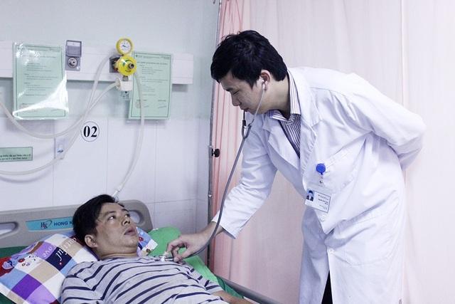 Bác sĩ đang thăm khám lại cho bệnh nhân