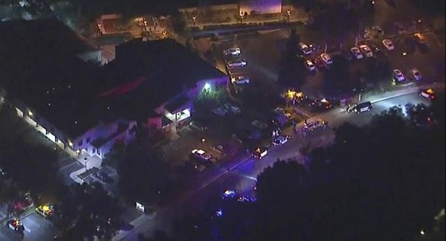 Nhiều xe cảnh sát, cứu thương được bố trí tại hiện trường vụ xả súng. (Ảnh: Youtube)
