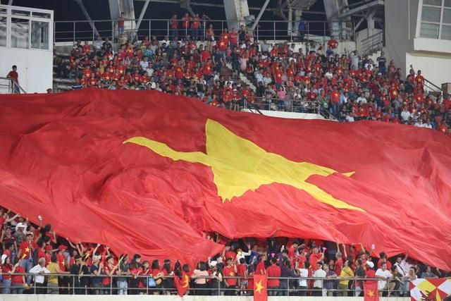 Cổ động viên Việt Nam phủ kín sân Chao Anouvong