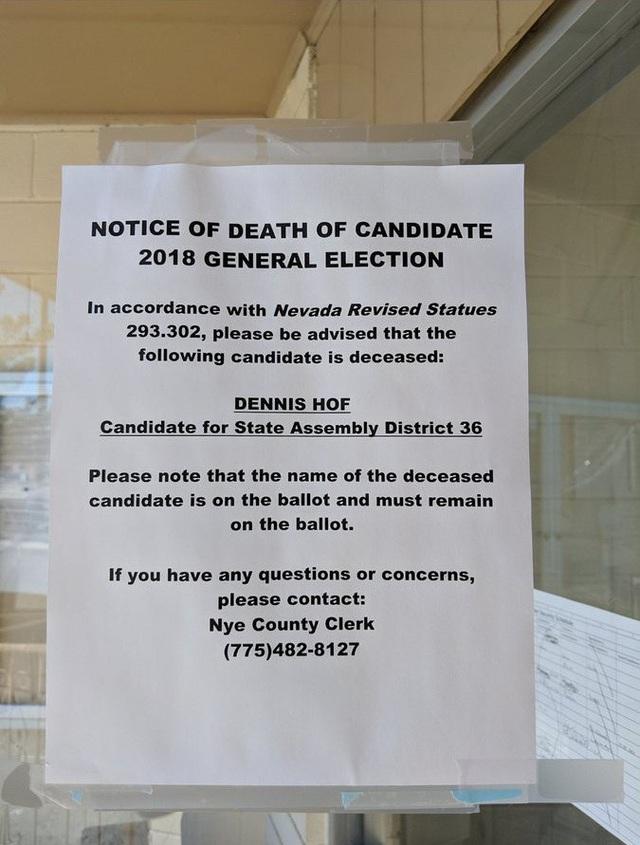 Thông báo ông Hof qua đời được dán trước các điểm bỏ phiếu (Ảnh: Twitter)