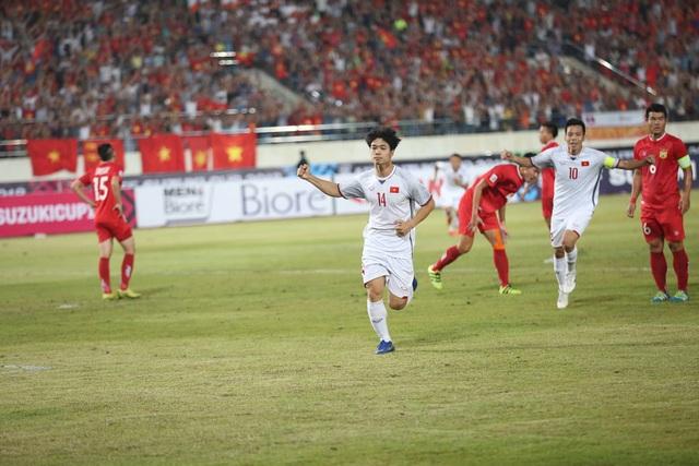 Công Phượng ăn mừng bàn thắng vào lưới đội tuyển Lào ở phút 11