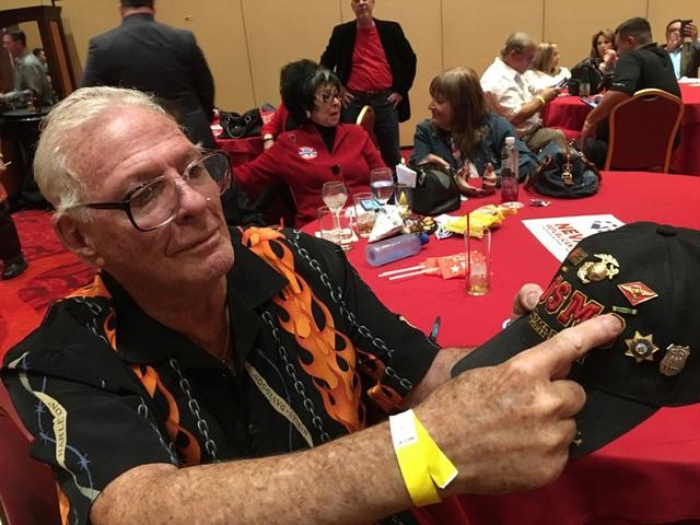Ông Rick, một cựu chiến binh, chỉ vào chiếc mũ ông mang theo trong đêm theo dõi kết quả bầu cử của đảng Cộng hòa tại Las Vegas.
