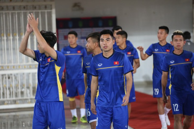 Các tuyển thủ Việt Nam bước ra sân