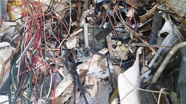 """25 container """"rác"""" nhập về cảng Cát Lái bị phát hiện."""
