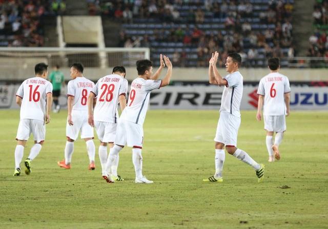 Đồng đội chia vui với Quang Hải sau bàn thắng nâng tỷ số lên 3-0