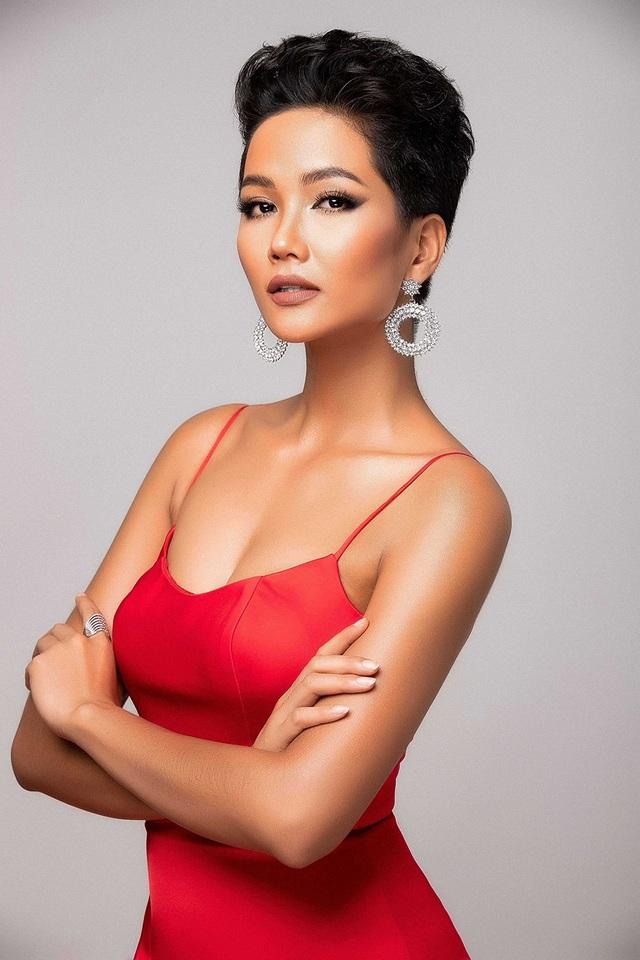 H'Hen Niê cho biết, cô muốn thật ấn tượng và tự tin khi sánh vai cùng các thí sinh của Miss Universe nên rất quyết tâm và quan tâm đến việc tập luyện hình thể. Cụ thể, cô tăng gần 7kg (50 - 56,5kg), vòng 3 tăng 4cm (93 - 97cm) so với lúc thi Hoa hậu Hoàn vũ Việt Nam.