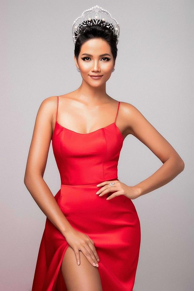 Sau một tháng tranning catwalk cùng Anjo Santos - chuyên gia về trình diễn sân khấu, người sáng lập trung tâm đào tạo người mẫu, hoa hậu Modelo Bikolano tại Philippines, kỹ năng trình diễn và tạo dáng của H'Hen Niê đã có nhiều khác biệt, cải thiện.