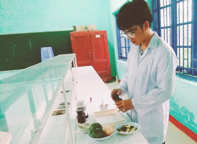 """Đề tài """"Giải pháp chống hạn hán trong nông nghiệp với loại SAP hữu cơ từ vỏ cam"""" của em Trần Minh Thảo là đề tài duy nhất của tỉnh Quảng Ngãi lọt vào vòng chung khảo cuộc thi cấp toàn quốc. (Ảnh NVCC)"""