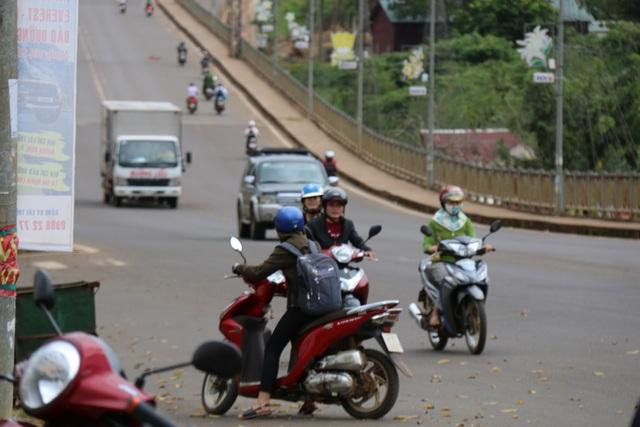 Nhiều học sinh phát hiện có lực lượng chức năng kiểm tra đã nhanh chóng quay đầu xe, đi ngược chiều bỏ chạy.