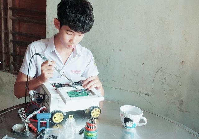 Em Trần Quang Nhật vẫn tiếp tục hoàn thiện robot thông minh chống trộm với mong ước được ứng dụng rộng rãi trong thực tế.