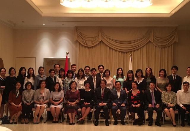 Đại sứ Umeda (giữa) cùng các khách mời và cựu sinh viên chương trình JISPA (Ảnh: Đức Hoàng)