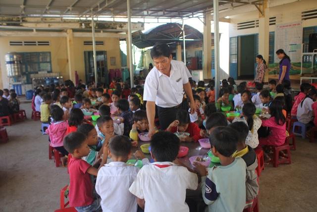 Khi đến trường học, các em học sinh đồng bào được thầy cô lo cho đủ cơm 3 bữa, quần áo và quá trình ở suốt 1 tuần