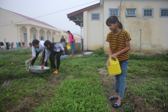 Hướng dẫn các em học sinh vùng cao trồng rau, nuôi heo...