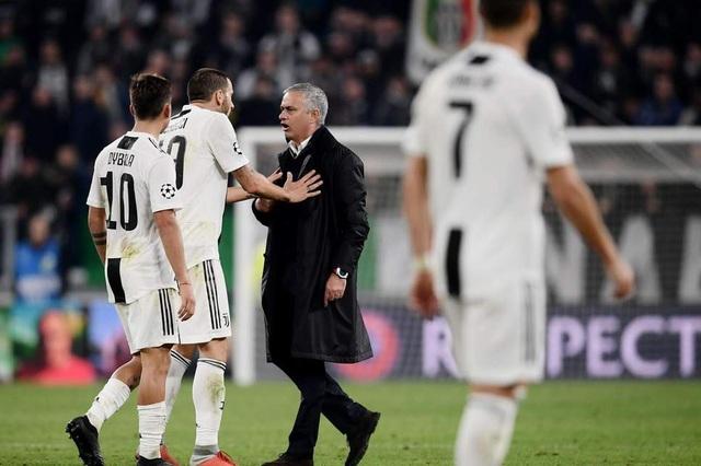 Bonucci đã tới ngăn cản hành động gây thêm căng thẳng của Mourinho