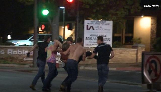 Một nạn nhân bị thương được đưa ra khỏi hiện trường vụ xả súng. (Ảnh: RMG)