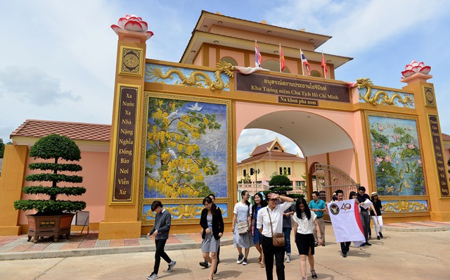 Sau khi khánh thành Khu tưởng niệm Chủ tịch Hồ Chí Minh tại bản Mạy, tỉnh Nakhon Phanom, Thái Lan thu hút rất đông du khách tham quan, dâng hương.