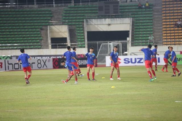 Các cầu thủ Lào khởi động trên sân