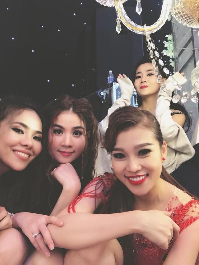 Trở lại chương trình, Mai Phương rất vui vẻ tạo dáng bên cạnh những bạn bè nghệ sĩ thân thiết