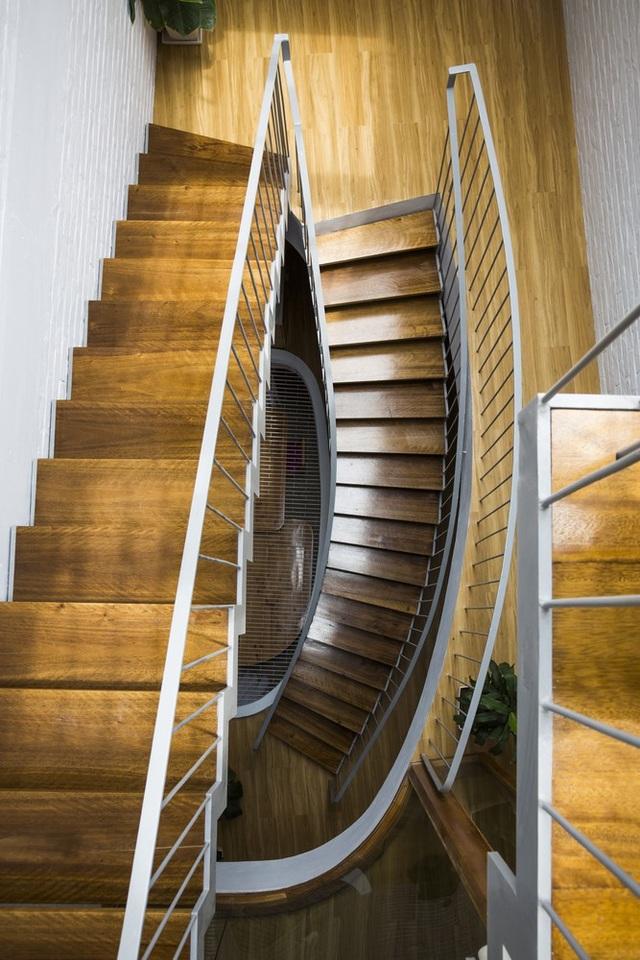 """Cầu thang """"chảy dài"""" liên kết với các tầng..."""