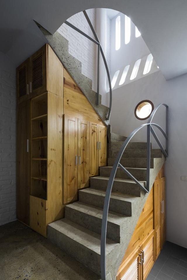 Dấu ấn mặt trăng thể hiện rõ nét qua những chi tiết thiết kế trong ngôi nhà, từ bức tường,...