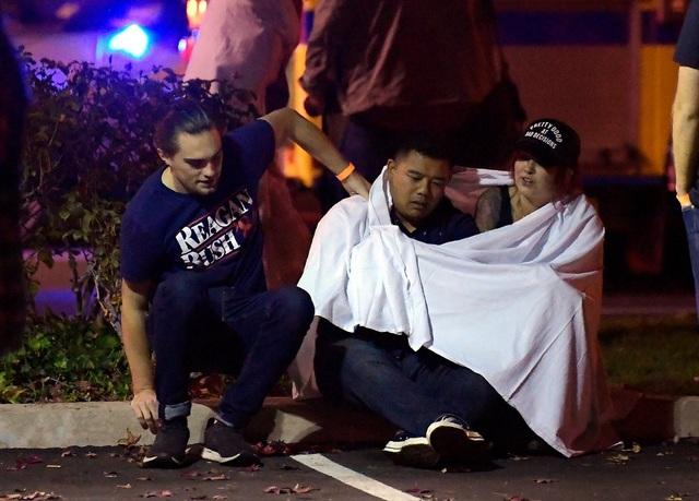 Gương mặt lo lắng của những người chứng kiến vụ xả súng. (Ảnh: AP)