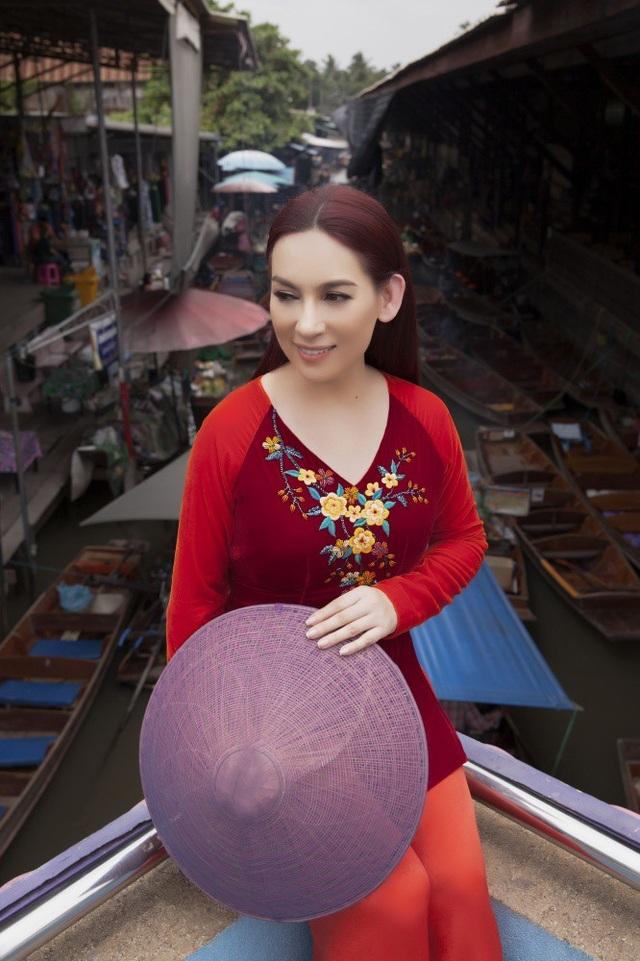 Cô mang theo rất nhiều chiếc áo bà ba với những màu sắc khác nhau.