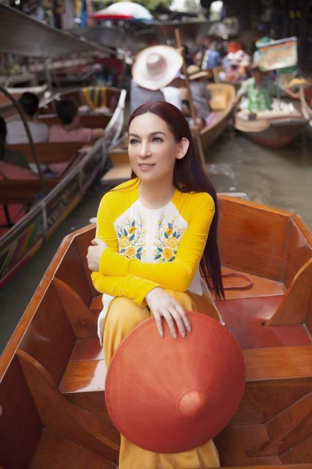 Được đưa đón bằng xe ô tô nhưng Phi Nhung vẫn thích đi xe tuk tuk, thích ăn lề đường và hòa đồng cùng mọi người. Cô cũng dành thời gian trải nghiệm đi thuyền trên chợ nổi.