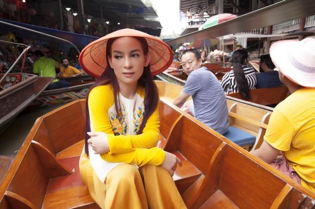Phi Nhung duyên dáng áo bà ba khiến du khách trầm trồ ngợi khen.