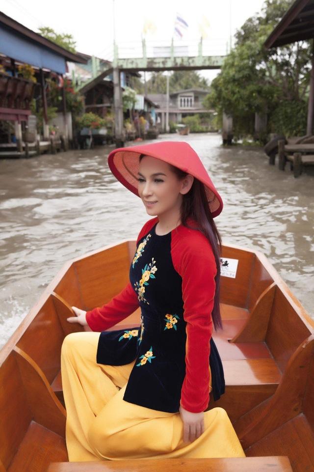 Ngoài áo bà ba, người đẹp còn mang theo những chiếc nón lá nhiều màu.