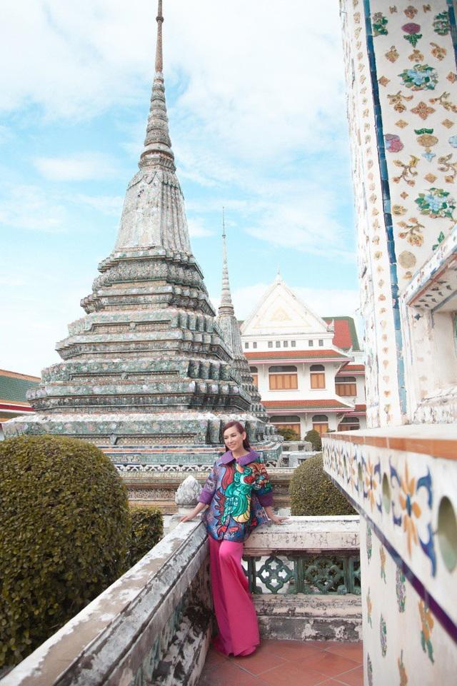 """Mỗi buổi sáng, chùa là nơi đón ánh sáng mặt trời mọc từ bờ đông sông Chaophraya nên vua Taksin đặt tên cho chùa là chùa Bình Minh - Wat Arun. Trong tiếng Thái, """"Wat"""" có nghĩa là chùa, còn """"Aruna"""" trong tiếng Ấn Độ có nghĩa là thần bình minh."""