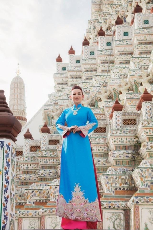 Nhân dịp qua Thái Lan, Phi Nhung đã tới tham quan ngôi chùa lớn nhất cũng là biểu tượng của nước Thái Lan.