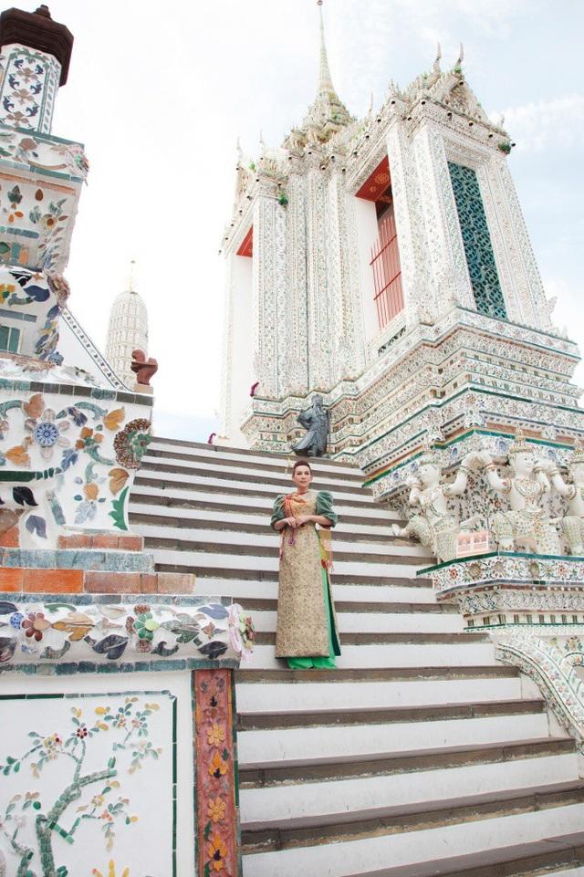 Nhắc tới Thái Lan, nhiều người sẽ nghĩ ngay tới ngôi chùa vàng nhưng Phi Nhung được người dân bản địa khuyên là nên tới thăm chùa Bình Minh vì chùa Bình Minh - Wat Arun là một danh thắng nổi tiếng của Bangkok.