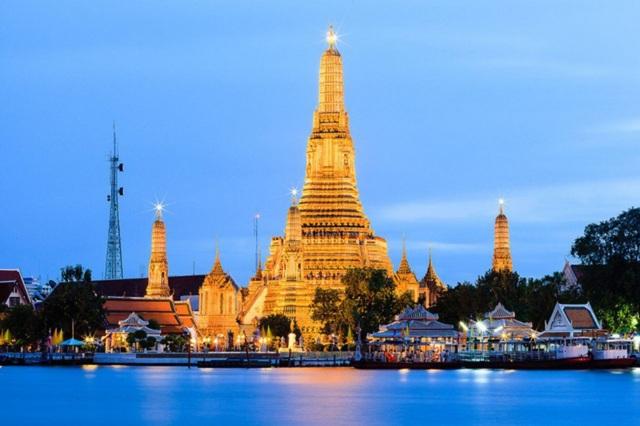 Wat Arun còn được người dân địa phương gọi là Wat Chaeng, nằm ở phía Tây (Thonburi) sông Chao Phraya. Chùa Wat Arun được tạo thành từ những ngọn tháp tô màu và đứng trên mặt nước. Với 4 tháp ở bốn góc và 1 tháp to nhất ở trung tâm, nơi đây còn là một trong những biểu tượng của Thái Lan với chợ nổi Damnoen Saduak và thuyền rồng.(Ảnh: Somphop Nithipaichit).