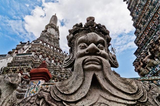 Trước năm 1782, nơi đây là thủ đô Thonburi của Thái Lan. Tại bến phà Tha Tien (gần Hoàng cung Grand Palace và chùa Wat Pho), du khách chỉ cần đi phà một đoạn ngắn là tới Wat Arun với nhiều ý nghĩa lịch sử, văn hóa và cảnh quan tuyệt đẹp. (Ảnh: Mark Fischer).